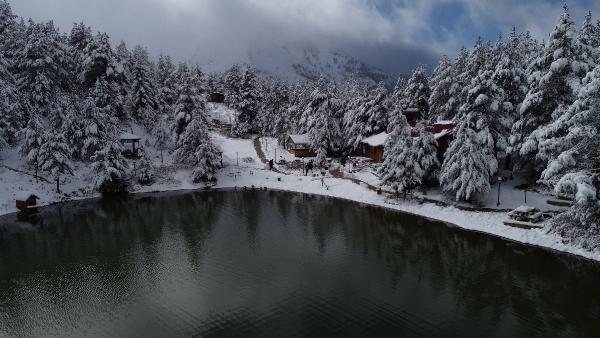 Gümüşhane'nin Torul ilçesi Zigana Dağı eteklerinde yer alan Limni Gölü Tabiat Parkı, kar yağışıyla birlikte beyaz örtüyle kaplandı, ortaya muhteşem manzara çıktı.