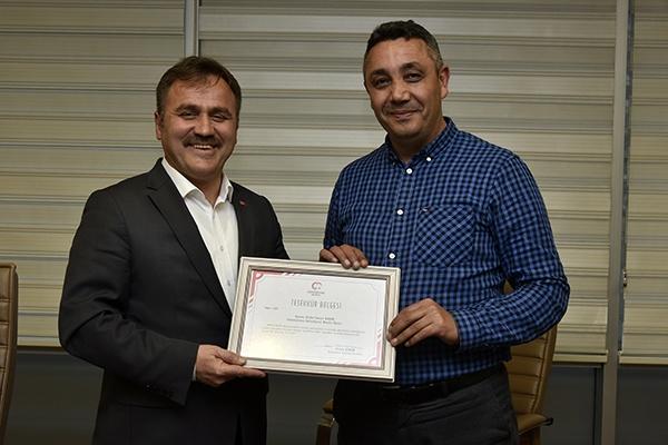 Gümüşhane Belediye Başkanı Ercan Çimen, Belediye Meclisi'nin sona eren Mart ayı toplantısında Belediye Meclis Üyelerine teşekkür belgesi verdi.