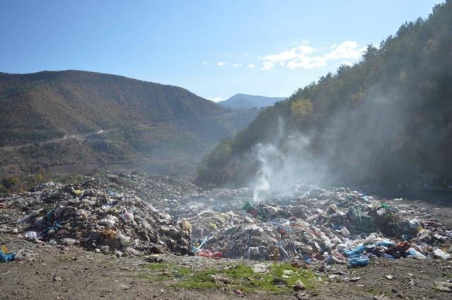 """Gümüşhane'nin Torul İlçesinin Katı Atık Çöpleri Çamlıca Mahallesi yolu üzerinde dökülen Alanda yanan katı atık çöpleri hem """"Doğayı"""" hem de Çevre kirliliğine neden oluyor."""