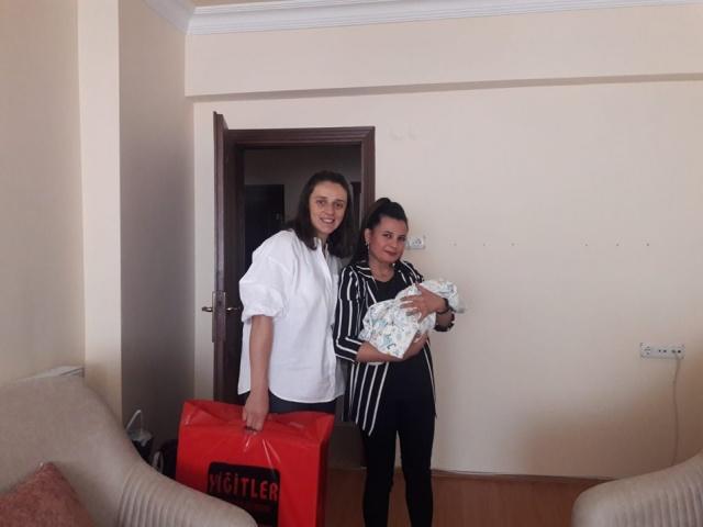 """Torul Belediye Başkanı Evren Evrim Özdemir, Belediyenin Sosyal Sorumluluk projesi kapsamında Torul'da her yeni doğan Çocuğun evlerine ziyaret gerçekleştirerek yeni doğan bebeklere  """"Hoş Geldin Bebek"""" hediyeleri takdim ediliyor."""