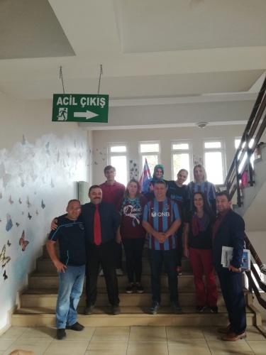 Trabzon'un Akçaabat ilçesinde bulunan Mevlüt Selami Yardım Ortaokulu öğrencileri, Trabzonspor'un maç günü dolayısıyla okula bordo-mavi formalarla geldi.