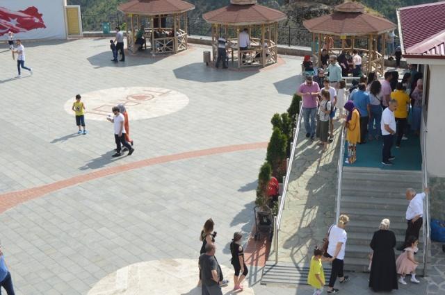 9 günlük Ramazan Bayram tatilinde Torul'a 10,754 Yerli ve yabancı turist Torul Cam Seyir Terasını Ziyaret etti.