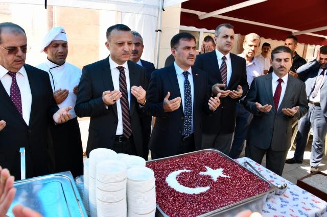 Gümüşhane Belediye Başkanlığı tarafından geleneksel Muharrem ayı etkinliği münasebetiyle Merkez cami önünde Vatandaşlara Belediye tarafından aşure ikramı yapıldı.