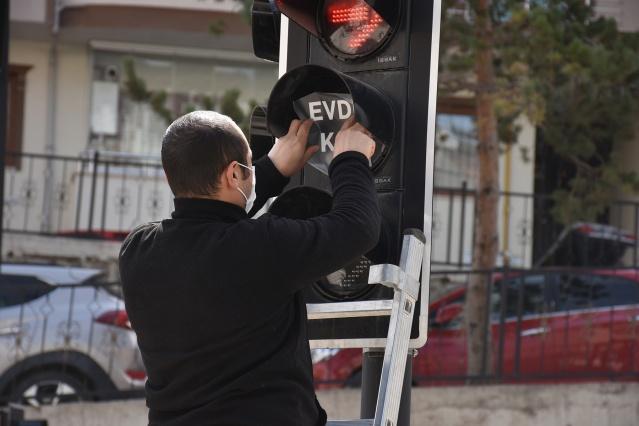 Gümüşhane belediyesi Trafik ışıklarıyla koronavirüse karşı 'Evde kal' çağrısı yaptı.