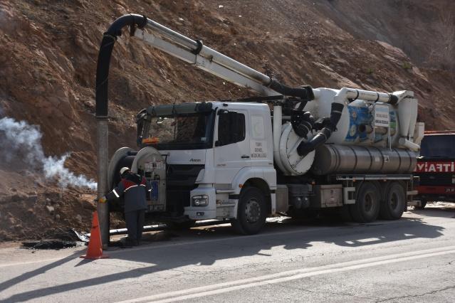 Gümüşhane Belediyesi Su ve Kanalizasyon Müdürlüğü, şehir genelinde kanalizasyon ve yağmur suyu kanalı temizliği çalışmalarına hız verdi.