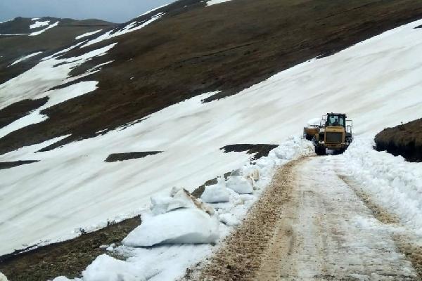 Gümüşhane il Özel İdare Ekipleri Bahar ayının gelmesiyle birlikte kardan kapalı olan yayla yollarının açılması ile yoğun çalışmalarını sürdürüyor.
