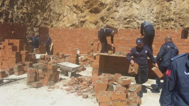 Gümüşhane Belediyesi kent merkezinde kaçak olarak inşa edilen yapıların yıkımı gerçekleştirdi.