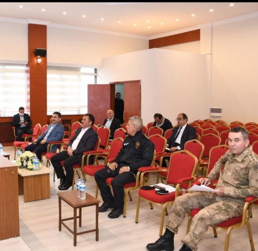 Yeni tip koronavirüs ile mücadele kapsamında Gümüşhane Valisi Kamuran Taşbilek'in başkanlığında bugün Valilik Toplantı Salonunda sosyal mesafe kuralına uyularak bir toplantı gerçekleştirildi.