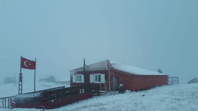 Gümüşhane'nin Torul İlçesinin Yüksek kesimlerinde etkili olan kar yağışı ile birlikte yaklaşık 1500- 2000 rakımlık yaylalar adeta beyaz örtü ile örtüldü.