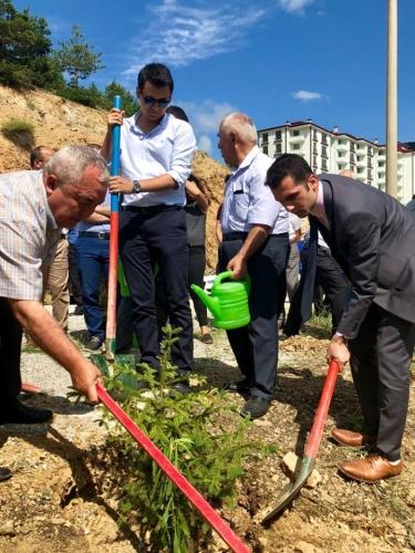 Gümüşhane'nin Torul İlçe Kaymakamı Onur AYKAÇ'ın 15 Temmuz Şehitleri anıtına Torul merkez mahallesinde 15 Temmuz'da hayatını kaybeden 251 şehit için 251 Fidan toprakla buluşturuldu.