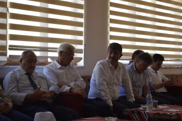 Torul Belediye Başkanı Evren Evrim ÖZDEMİR riyasetinde Belediye Sosyal Tesisleri'nde gerçekleşen Halk Günü toplantısına belediye meclis üyeleri, belediye birim amir ve müdürleri, mahalle muhtarları ve çok sayıda vatandaş katıldı.
