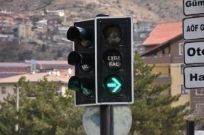 Gümüşhane'de Trafik Işıklarına  Evde Kal Uyarısı  yapıldı