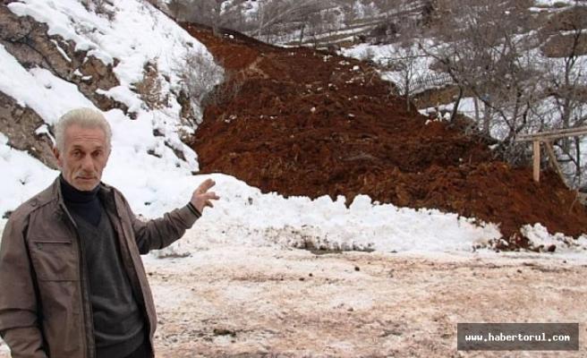 Karın  erimesiyle yumuşayan toprak kütlesi kaydı bir ev boşaltıldı.